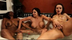 Interracial lesbians having an exciting threesome in the bathtub